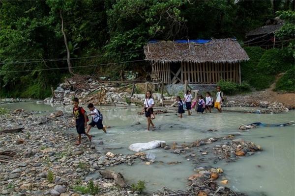 Thủy ngân ô nhiễm cả con sông của vùng đất, các em học sinh hàng ngày vẫn đi qua dòng nước đang nhiễm độc này.