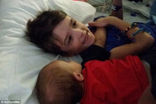 Leland trong vòng tay của em trai trên giường bệnh.(Nguồn: Internet)