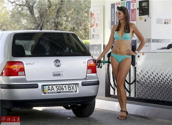 Choáng với nhân viên mặc bikini bán xăng miễn phí ở Ukraine