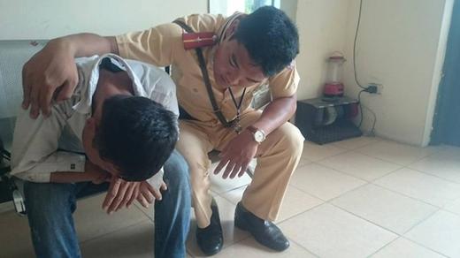 Bị ép đi ăn xin, 9X nhảy cầu tự tử.Nam thanh niên có ý định nhảy cầu Chương Dương tự tử được cảnh sát cứu. Ảnh: Quân Nguyễn.