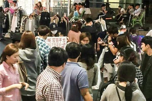 Các cô gái này thu hút sự chú ý của rất đông người qua đường. (Nguồn: QQ)