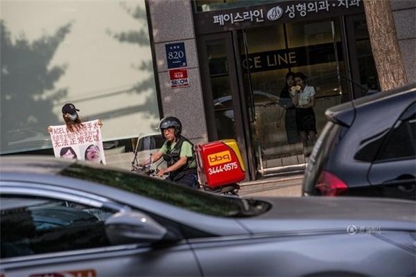 Sau khi phẫu thuật cằm tại Hàn Quốc, Châu Quân đã bị lệch hàm và không thể ăn uống bình thường. (Nguồn: QQ)
