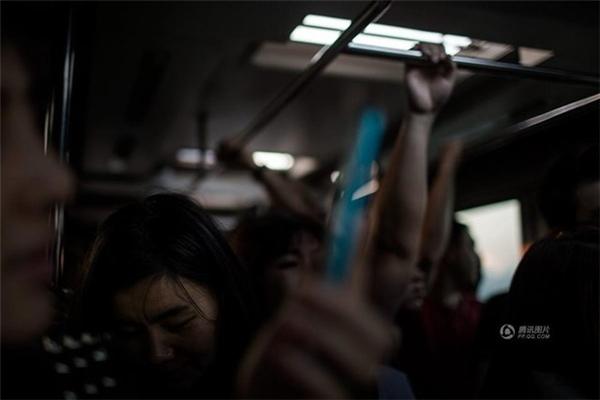 Sau lần phẫu thuật thẩm mỹ thất bại, Tiểu V trở nên tự ti. Cô không dám đối diện với ánh mắt của mọi người. Trên chuyến xe đến Seoul, cô chỉ dám cúi đầu. (Nguồn: QQ)