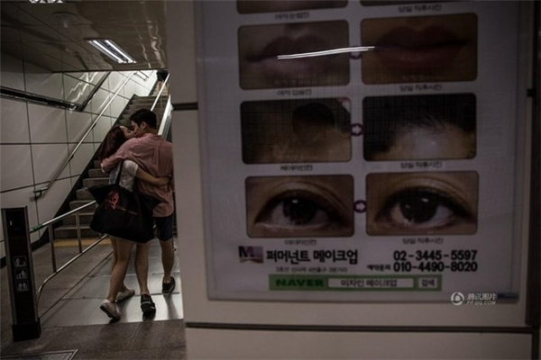 Tấm biển phẫu thuật thẩm mỹ tại bến tàu điện ngầm ở Gangnam, Seoul. Người Hàn Quốc cho rằng sau khi phẫu thuật thẩm mỹ, bản thân có sức cạnh tranh hơn, cơ hội đến nhiều hơn và sẽ có một cuộc hôn nhân tốt đẹp. Theo thống kê, số người Trung Quốc đến Hàn Quốc phẫu thuật thẩm mỹ chiếm 70% số người nước ngoài làm dịch vụ này ở đây. (Nguồn: QQ)