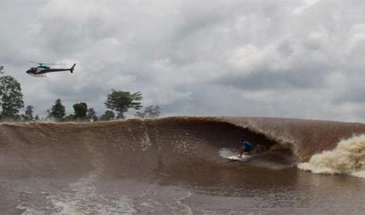 """Ở Brazil, trên dòng sông Amazon cứ 2 lần mỗi năm lại xảy ra hiện tượng gọi là """"Pororoca"""". Pororoca là những con sóng rất cao, lên tới 12 feet (hơn 3,6 mét) và mỗi lần đánh vào bờcó thể kéo dài hơn nửa giờ đồng hồ, tương đương quãng đường 805km.(Ảnh: Internet)"""