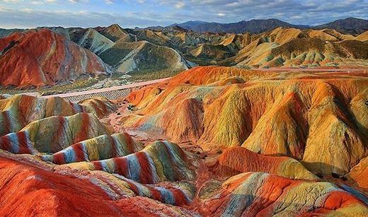 Địa mạo Đan Hà (Danxia Landform) có khung cảnh thiên nhiên đặc trưng với những vách núi cao sừng sững, đá cát màu và các khối sa thạch đỏ đã bị phong hóa và bào mòn bởi tự nhiên. Những ngọn núi đầy màu sắc này hình thành hoàn toàn tự nhiên, không hề có sự can thiệp của con người. (Ảnh: Internet)