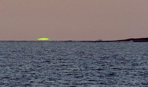 """Mặt trời xanh (hay chớp xanh, tên tiếng Anh là """"Green Flash""""), xảy ra khi mặt trời nằm rất thấp, chỉ có một phần nhỏ nhô lên khỏi đường chân trời, một phần rất nhỏ ở mép trên của mặt trời xuất hiện màu xanh trong 1 - 2 giây, rất khác so với màu sắc thông thường. (Ảnh: Internet)"""