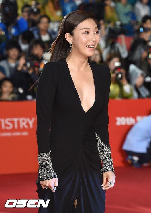 Ha Ji Won táo bạo khoe vòng một, áp đảo dàn mĩ nhân
