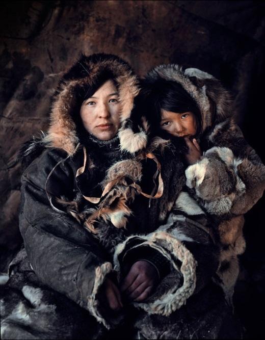Nét mặt tươi sáng và trong trẻo của hai mẹ con này đã xua đimùa đông giá rét.(Nguồn:higherperspectives.com)