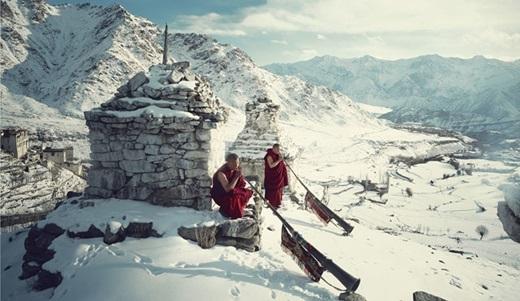 Trên dãy Himalaya khắc nghiệt, những nhà sư này vẫn ung dung thổi kèn.(Nguồn:higherperspectives.com)