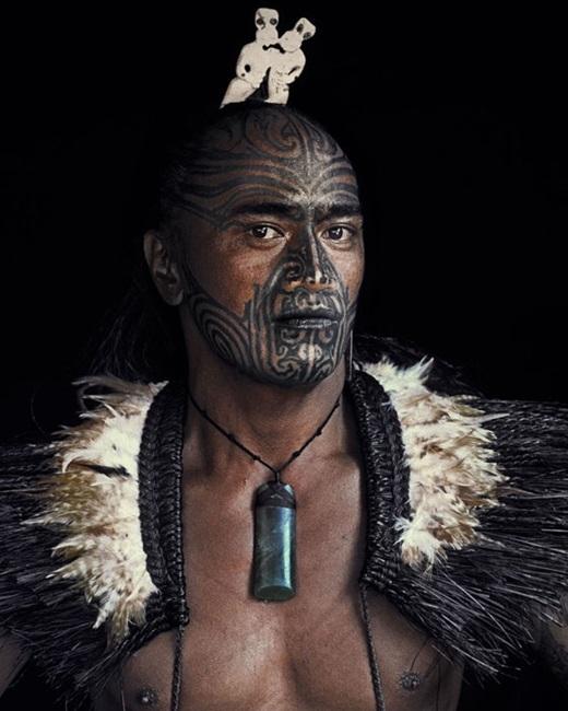 Với một số bộ lạc, xăm mình là một cách để ngụy trang, thể hiện uy quyền và sức mạnh.(Nguồn:higherperspectives.com)