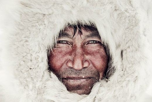 Đôi mắt sâu hun hút của người đàn ông này như lẫn vào màu tuyết trắng.(Nguồn:higherperspectives.com)