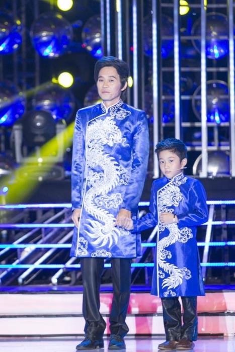 Bé Gia Bảo với chiếc áo dài họa tiết rồng trắng sang trọng giống chú Hoài Linh. - Tin sao Viet - Tin tuc sao Viet - Scandal sao Viet - Tin tuc cua Sao - Tin cua Sao