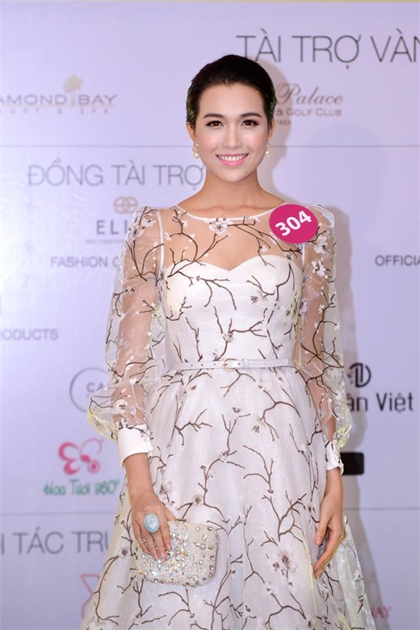 Thiết kế này từng được người đẹp Lệ Hằng diện trong buổi họp báo vòng bán kết Hoa hậu Hoàn vũ Việt Nam 2015 tại Nha Trang vào trung tuần tháng 9 vừa qua.