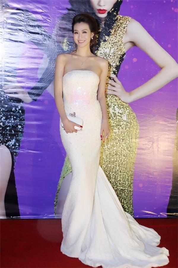 Á hậu Huyền My, diễn viên Khánh My mang đến vẻ ngoài gần giống nhau khi diện bộ váy trắng đuôi cá cúp ngực của nhà thiết kế Lê Thanh Hòa. Sự trẻ trung, gợi cảm chừng mực khiến người đối diện không thể rời mắttrước hai mĩ nhân đình đám.
