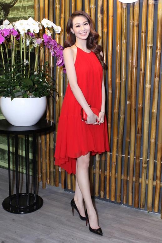 Thiết kế cổ yếm khá đơn giản mang lại sự trẻ trung, gợi cảm cho Khánh My khi tham dự một buổi tiệc tại TP.HCM.