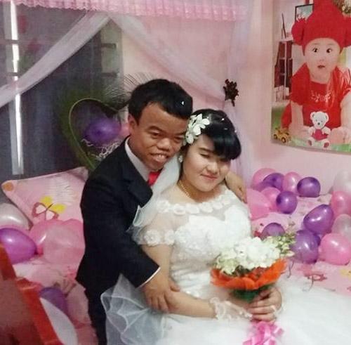 Ngưỡng mộ đám cưới cổ tích của chàng lùn và cô gái mù