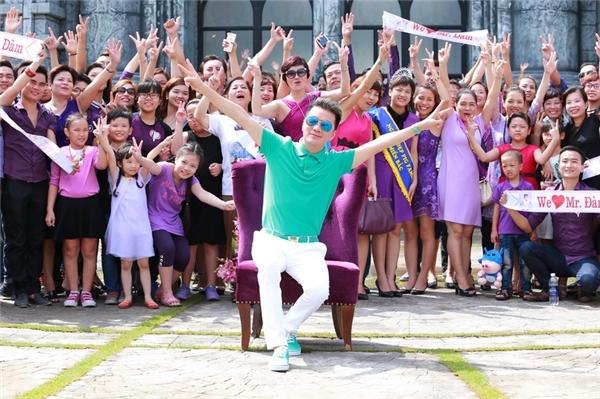Buổi tiệc mừng sinh nhật sớm với tông chủ đạo đen - tím của Đàm Vĩnh Hưngdành cho fan khu vựcHà Nội. - Tin sao Viet - Tin tuc sao Viet - Scandal sao Viet - Tin tuc cua Sao - Tin cua Sao