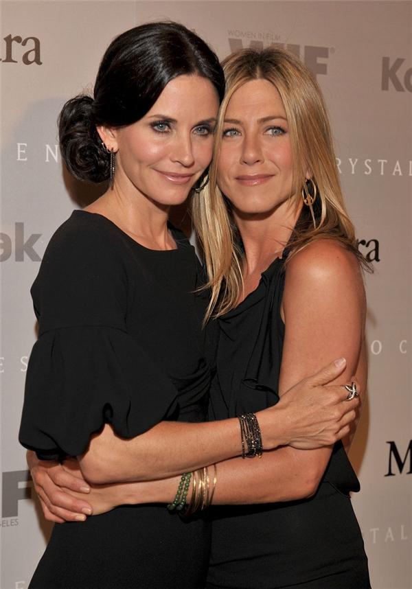 Khi Courteney Cox sinh con gái đầu lòng -Coco Arquette vào năm 2004, nữ diễn viên đã mời người đồng nghiệp thân thiết Jennifer Aniston làm mẹ đỡ đầu cho bé.