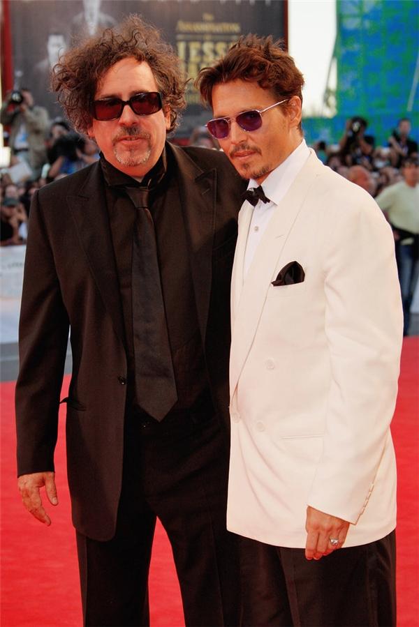 """Tim Burton và vợ Helena Bonham Carter đã """"trao"""" danh hiệu cha đỡ đầu cho người bạn thân - Johnny Depp với hi vọng anh sẽ dẫn dắt đứa con cả của họ, Billy."""