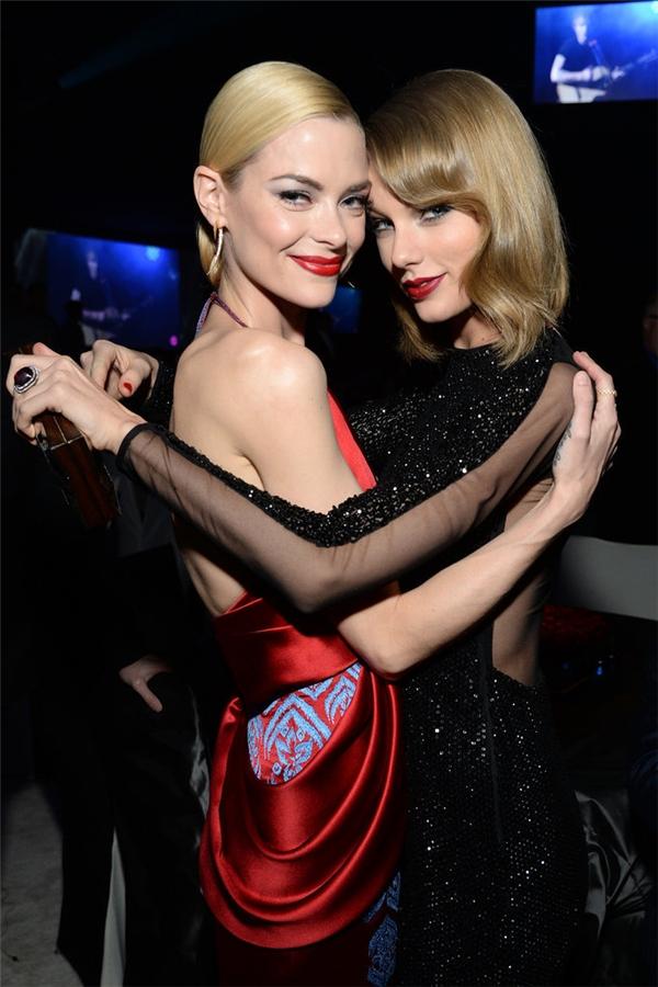 """Đến đầu năm 2015, Jamie tiếp tục thông báo với truyền thông rằng mình sẽ có cậu con trai thứ hai và """"tặng"""" danh hiệu mẹ đỡ đầu cho Taylor Swift. Cả hai đã """"khoe"""" tin vui này với người hâm mộ thông qua những bức ảnh đáng yêu trên mạng xã hội."""