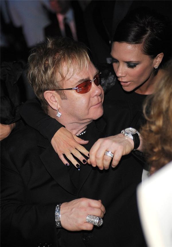 Victoria Beckham lại lựa chọn Elton làm cha đỡ đầu cho hai cậu con trai Brooklyn và Romeo.