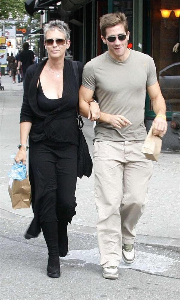 Một điều ít ai biết đến là Jamie Lee Curtis chính là mẹ đỡ đầu của nam diễn viên điển trai Jake Gyllenhaal. Ngôi sao gạo cội của Hollywood rất thân thiết với bố mẹ Jake.