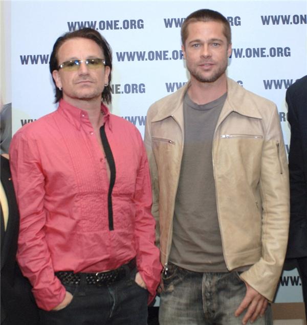 Brad Pitt và Angelina Jolie chọn trưởng nhóm U2 – Bono để làm cha đỡ đầu cho cặp sinh đôi Vivienne và Knox của họ.