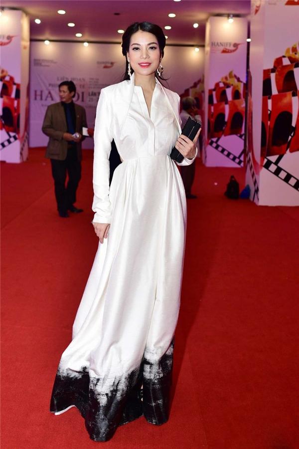 Trương Ngọc Ánh diện váy trắng dài kín đáo với điểm nhấn ở phần chân váy.
