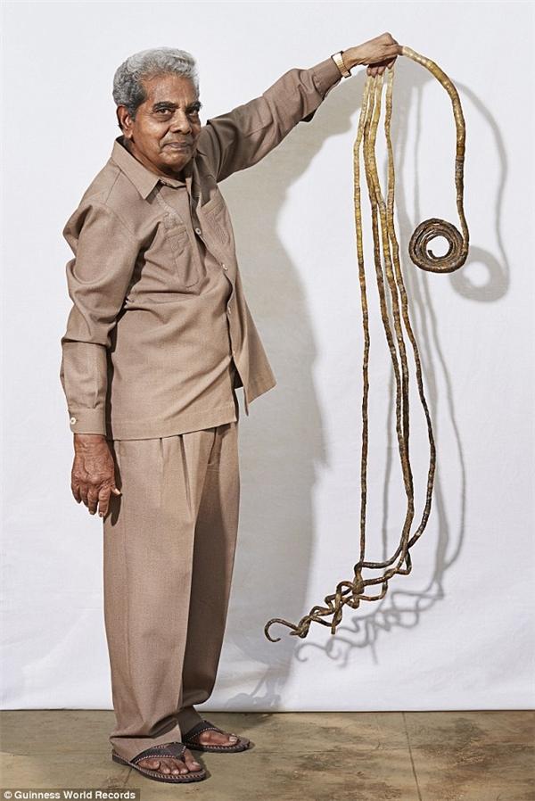 Ông Shridhar đã nuôi móng tay được 63 năm.