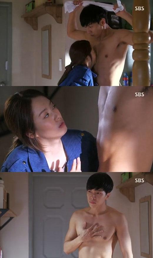 """Khi đó, Dae Goo vô cùng bối rối, còn Soo Sun chẳng hề ngượng ngùng tí nào. Cô còn rất vui vẻ nhận xét: """"Có mùi dâu tây. Anh dùng sữa tắm hương dâu tây à?"""""""