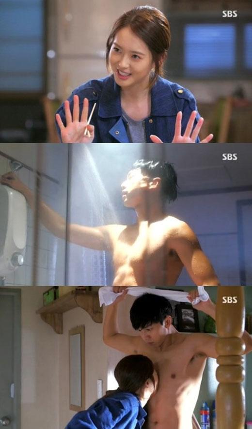 Trong You're All Surrounded, anh chàng Eun Dae Goo (Lee Seung Gi) sau khi bước ra khỏi nhà tắm đã va phải cô nàng Soo Sun (Go Ara). Kết quả, cô nàng hôn trúng ngực Dae Goo.