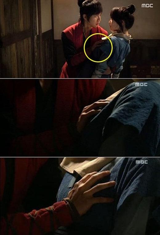 Trong Gu Family Book, anh chàng Kang Chi (Lee Seung Gi) chỉ phát hiện ra Yeo Wool (Suzy) là con gái khi vô tình chạm phải ngực cô nàng.