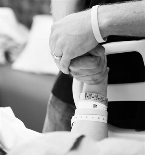 Trong phòng sinh luôn có chồng và con gái ở bên cạnh để động viên tinh thần mẹ bầu.