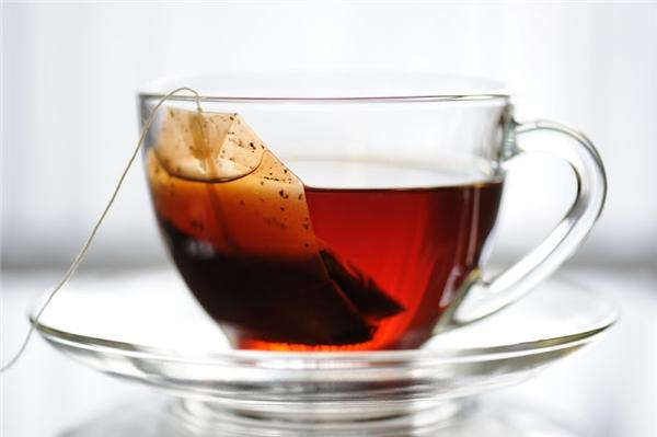 Uống trà là một trong những nguyên nhân khiến răng vàng ố. (Ảnh: Internet)