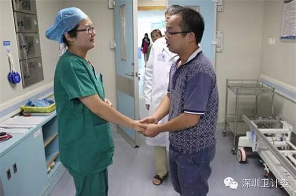 Bố của bệnh nhân nhí không nén nổi xúc động trước hành động đẹp của nữ y tá.