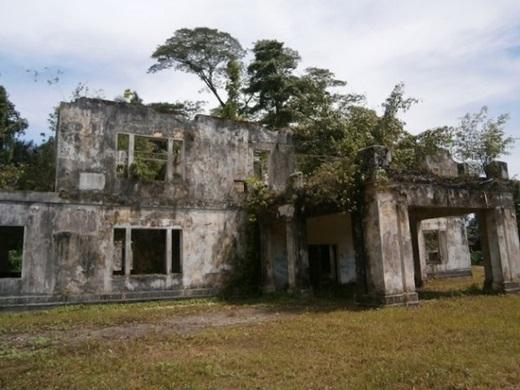 """Những bóng ma trong ngôi nhà gỗ bỏ hoang cũng là chuyện """"thường ngày ở huyện"""".(Nguồn: Internet)"""