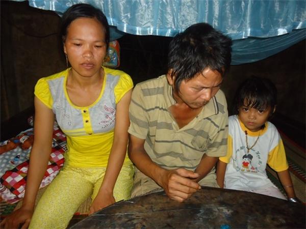 Bé Lê Mộng Thùy Dương và cha (Lê Quý Thích), mẹ (Dương Thị Vốn)