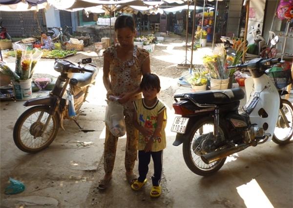 Hàng ngày, Thùy Dương theo mẹ đi khắp xã để bán vé số, rửa chén bát thuê