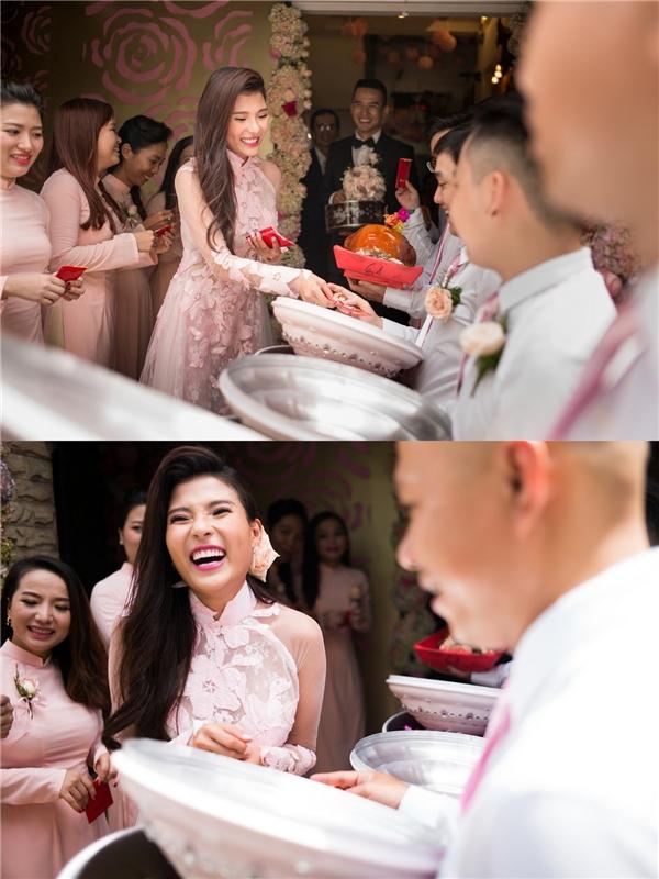 Thuý Diễm luôn nở nụ cười trong suốt buổi lễ đính hôn. - Tin sao Viet - Tin tuc sao Viet - Scandal sao Viet - Tin tuc cua Sao - Tin cua Sao