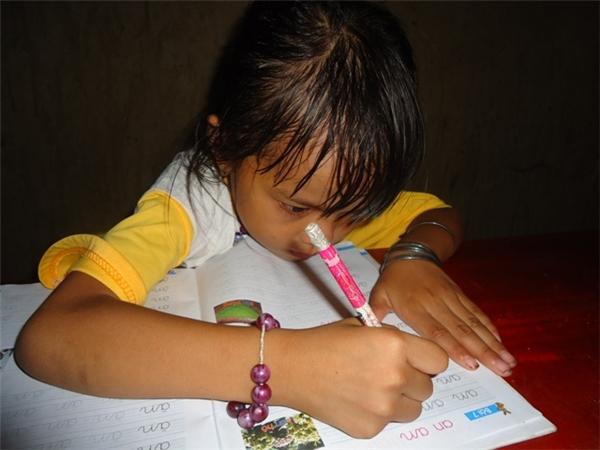 Niềm vui của chị Vốn là khoe con mình biết viết chữ.Hình ảnh bé Thùy Dương đáng thương học bài bên ánh đèn dầu mù mờ