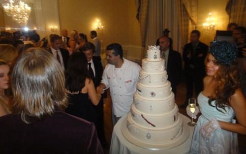 """Chiếc bánh của Tổng biên tập tạp chí Social Life, Devorah Rose, có giá 30 triệu USD. Chiếc bánh dành cho sự kiện """"Diamond Gala"""" được gắn rất nhiều đá quý xung quanh."""