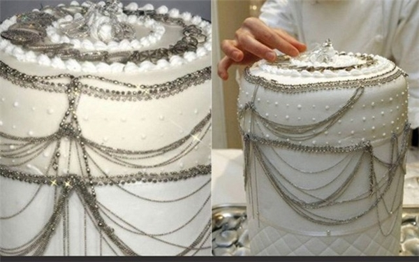 Chiếc bánh này được thiết kế cầu kỳ và sang trọng. Nó có giá lên tới 130.000 USD.