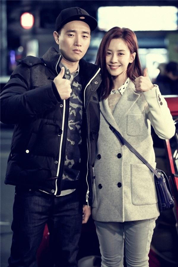 """""""Phát ghen"""" khi Gary ân cần chăm sóc Song Ji Hyo"""