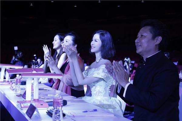 Ngỡ ngàng với vẻ đẹp không tuổi của MC Thanh Mai
