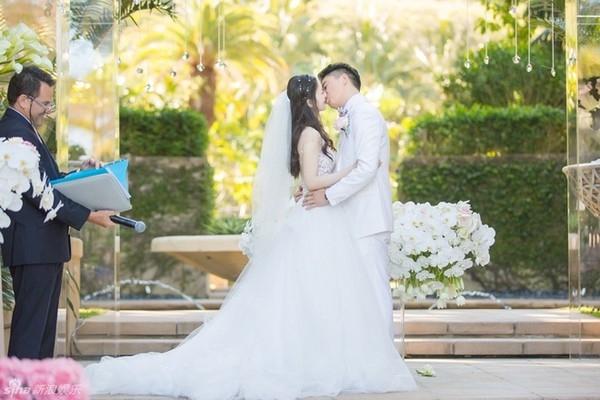 """Đám cưới lãng mạn của """"cô bé trà sữa"""" và đại gia 40 tuổi"""