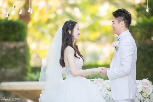Đây là hình ảnh của đôi vợ chồng vào tiệc chào đón khách đêm trước khi diễn ra hôn lễ.