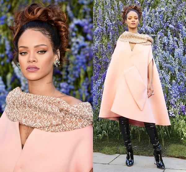 Trong danh sách khách mời có sự xuất hiện của nữ ca sĩ đình đám Hollywood Rihanna. Cô diện bộ cánh đơn giản có màu hồng nhạt cùng tông trang điểm tự nhiên với điểm nhấn tập trung vào màu môi thẫm đang thịnh hành.