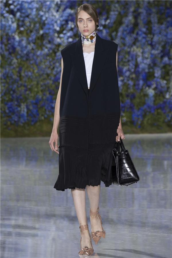 Dù lànhững thiết kế dành cho mùa Xuân - Hè nhưng Dior vẫn giới thiệu cácmẫu áo khoác dài hoặc măng tô cách điệu.