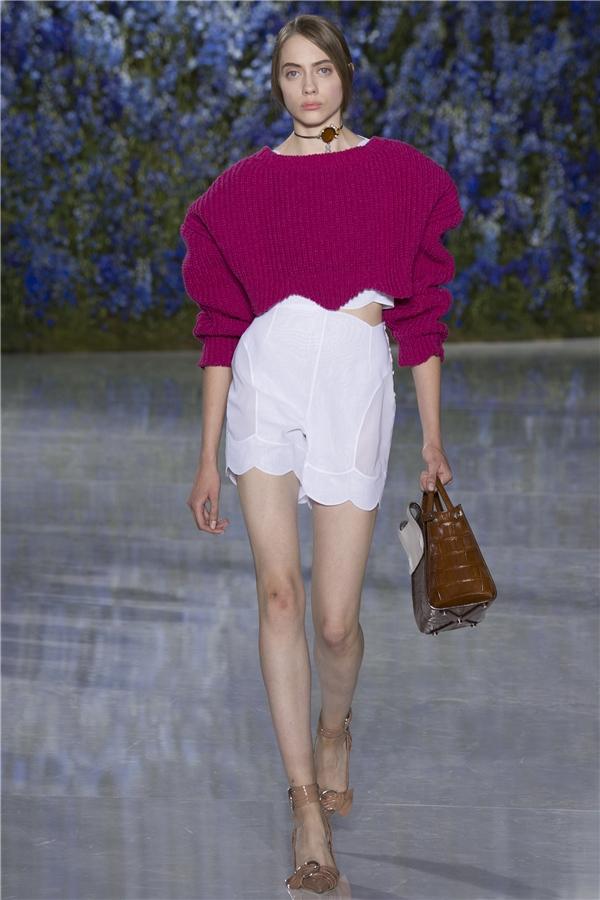 Bên cạnh trang phục, Dior còn lăng xê cả những chiếc vòng cổ chocker nhưng được cách điệu cùng mốt quấn khăn ở cổ.
